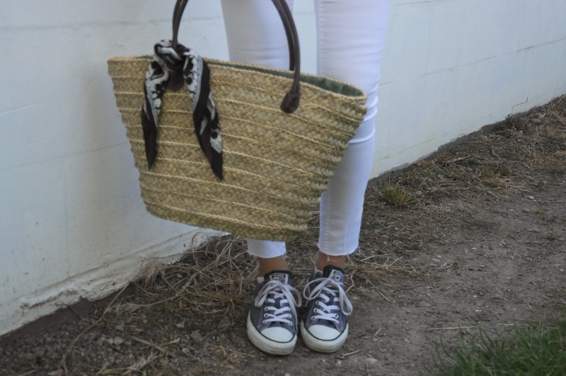 outfit-white-pants-strohtasche-weiß-blau-sommer-look-ootd-fotografie-fashion-photography